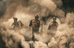 Militair tussen brand en rook in vernietigd huis stock foto's
