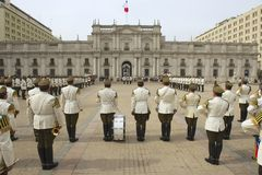 Militair van de Carabineros-band woon veranderende wachtceremonie voor het presidentiële paleis van La bij Moneda, Santiago, Chil Stock Foto's