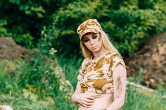Militair van de portret de mooie vrouw of privé militaire contractant stock foto's