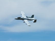 Militair vliegtuig dat langs vliegt Royalty-vrije Stock Afbeelding