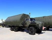 Militair voertuig met een van de metaalkader en doos lichaam Stock Fotografie