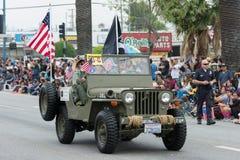 Militair voertuig met vlaggen tijdens Memorial Day -Parade Royalty-vrije Stock Foto