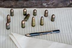 Militaire achtergrond, munitie op de lijst royalty-vrije stock afbeeldingen