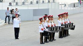 Militaire band die wanneer de overdrachtparade van Major van de Parade Regimentssergeant om Bevelhebber tijdens Nationale Dagparad Stock Foto