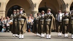 Militaire Band op hoofdvierkant van Krakau tijdens jaarlijkse Poolse nationaal en officiële feestdag de Grondwetsdag stock footage
