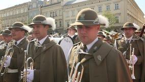 Militaire Band op hoofdvierkant van Krakau tijdens jaarlijkse Poolse nationaal en officiële feestdag de Grondwetsdag stock video