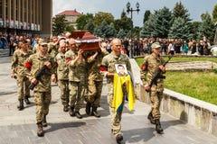 Militaire begrafenisoptocht in Uzhgorod, de Oekraïne royalty-vrije stock fotografie