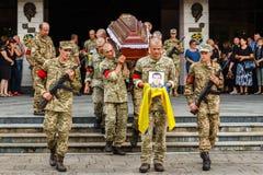 Militaire begrafenisoptocht in Uzhgorod, de Oekraïne royalty-vrije stock foto's
