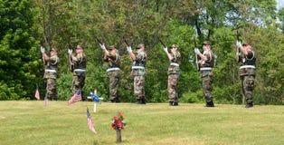 Militaire begroeting op HerdenkingsDag Stock Afbeeldingen