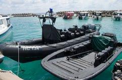 Militaire boten die zich op pijler bij dokkengebied bevinden Stock Afbeeldingen