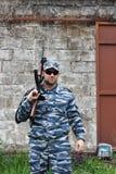 Militaire caucasien avec les lunettes de soleil noires dans le combat en zone urbaine ho photographie stock