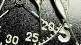 Militaire dichte omhooggaand van de chronometerwijzerplaat stock footage
