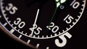 Militaire dichte omhooggaand van de chronometerwijzerplaat stock videobeelden