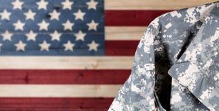 Militaire eenvormig met langzaam verdwenen die raad in de Amerikaanse vlag van de V.S. wordt geschilderd stock fotografie