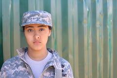 Militaire etnische legervrouw met exemplaarruimte op het recht Stock Afbeelding