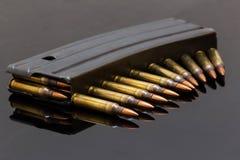 Militaire geweerkogels op een zwarte achtergrond Stock Afbeelding