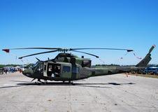 Militaire helikopter op gro stock afbeelding