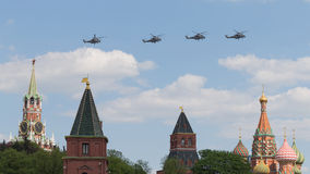 Militaire helikopters over Rood Vierkant in Moskou, Rusland Royalty-vrije Stock Foto