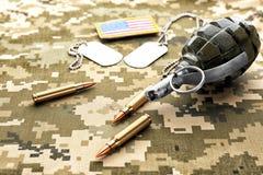 Militaire identiteitskaart-markeringen, granaat en geweerkogels Stock Foto's