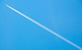 Militaire jet in de hemel (met sporen) Royalty-vrije Stock Afbeeldingen