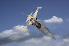 Militaire jet die over witte wolk vliegen Royalty-vrije Stock Fotografie