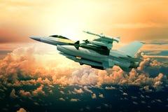Militaire jet met raketwapen die tegen zonsonderganghemel vliegen Stock Afbeelding