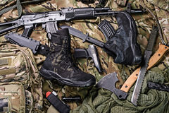 Militaire kleding-schoenen en verscheidenheid van wapens Hoogste mening Stock Foto's