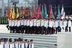 Militaire kleurenpartij die tijdens NDP 2009 marcheert Stock Afbeeldingen