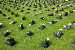 1746 militaire laarzen die het Militaire Personeel van de V.S. gedood in Irak symboliseren zoals die bij de Ogen ¿ wordt getoond  Stock Fotografie