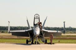Militaire loodsen die voor vlucht voorbereidingen treffen Stock Fotografie