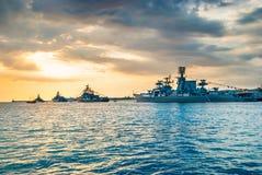 Militaire marineschepen in een overzeese baai Stock Afbeeldingen