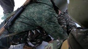 Militaire Medische Hulp, eerste hulpuitrusting klem De militairen van leger tijdens de oorlog geven eerste hulp aan een gewonde c Royalty-vrije Stock Afbeelding