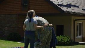 Militaire mens die huis terugkeren naar familie stock footage