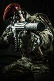 Militaire mens in het Italiaans camouflage die van automatisch geweer streven stock afbeelding