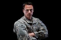 Militaire mens met zijn gekruiste wapens Stock Afbeelding