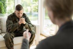 Militaire mensen bezoekende psycholoog stock afbeeldingen