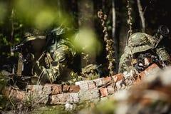 Militaire mensen met machinepistool stock foto