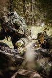 Militaire mensen met machinepistool stock fotografie