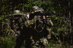 Militaire mensen met machinepistool royalty-vrije stock foto