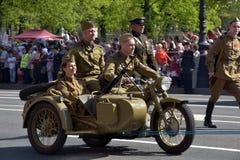 Militaire motorfiets van Wereldoorlog II op Overwinning parad stock afbeelding