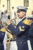 Militaire musicus met hout muzikaal instrument Spaanse stappen, Rome Italië stock afbeeldingen