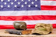 Militaire noodzaak op Amerikaanse vlagachtergrond stock fotografie