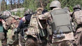 Militaire oefeningen in het open platteland stock videobeelden