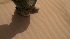 Militaire Patrouille in de Woestijn stock video