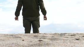 Militaire Patrouille in de Woestijn Beweging van de benen in het legertoestel op het zand in de woestijn stock videobeelden