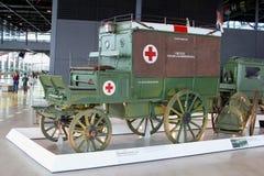 Militaire Rood Kruisziekenwagen vanaf 1906 in het Nationale Militaire Museum in Soesterberg, Nederland Stock Afbeeldingen