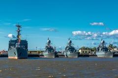 Militaire schepen bij de zeebasis stock afbeeldingen