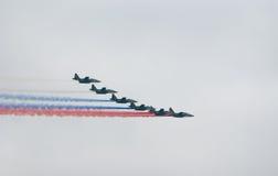 Militaire stralen die Russische vlag schilderen Stock Fotografie