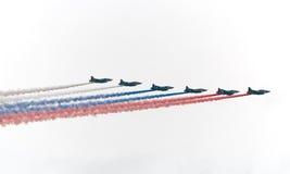 Militaire stralen die Russische vlag schilderen Royalty-vrije Stock Afbeelding