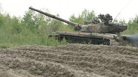 Militaire Tank in Beweging op een Terrein van de Vuilgrond stock video